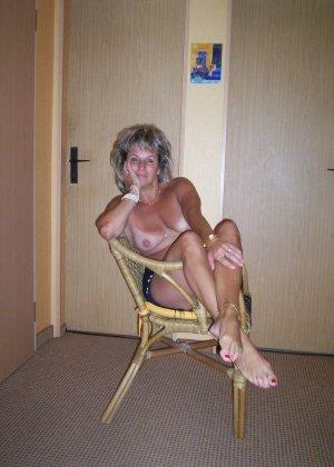 Зрелая дамочка достаточно решительна для того, чтобы показать свою хорошо сохранившуюся фигуру - фото 1