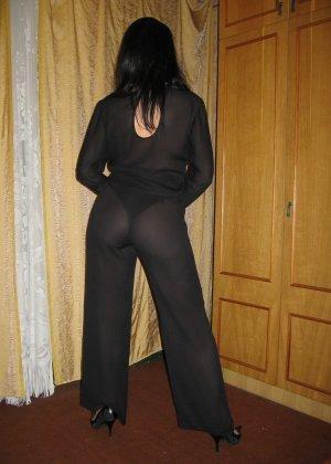 Брюнетка позирует в разных образах, но в каждом из них она обладает особой сексуальностью - фото 18