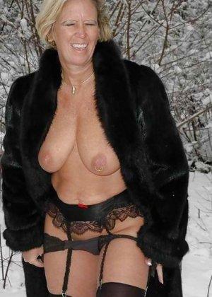 Развратная женщина в черных чулках разделась зимой на улице - фото 10