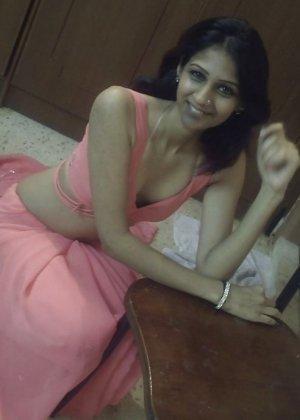 Индийская девушка сначала скромничает, а затем постепенно раздевается перед камерой для всех - фото 2