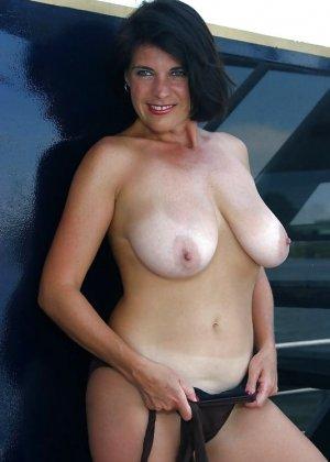 Пожилая женщина с очень большими сиськами позирует голой - фото 25