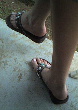 Улыбчивая Лиза очень стесняется, поэтому все, что она может показать – ножки в шлепках - фото 5