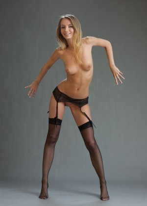 В студийной фотосессии шикарная блондинка раскрывается по полной – ей есть, что показать - фото 28