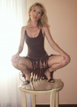 Самые разные девушки раздвигают ноги перед камерой, лишь бы посветить своей пиздой - фото 26