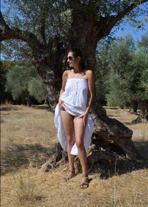 Девушка показывает свое тело на отдыхе, она постепенно раздевается и дает себя разглядеть - фото 26