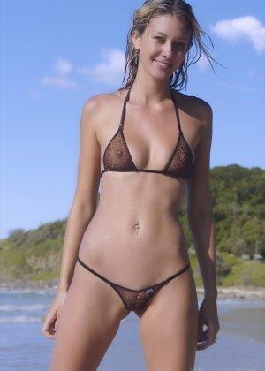 Ванесса показывает, как она любит примерять купальники, которые еле прикрывают ее тело - фото 7