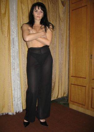 Брюнетка позирует в разных образах, но в каждом из них она обладает особой сексуальностью - фото 20