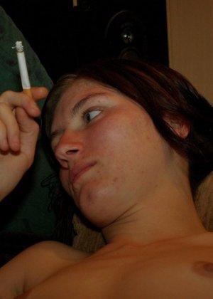 Голенькая брюнеточка закурила сигарету в постели - фото 8