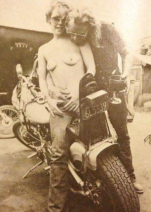 Множество фотографий, на которых девушки показывают обнаженные тела на фоне мотоциклов - фото 34