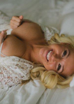 Нежная и чувственная эротика от блондинки с шикарными сиськами - фото 9