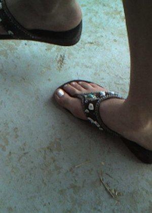 Улыбчивая Лиза очень стесняется, поэтому все, что она может показать – ножки в шлепках - фото 1