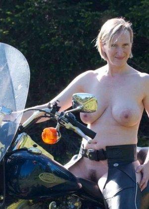 Множество фотографий, на которых девушки показывают обнаженные тела на фоне мотоциклов - фото 9