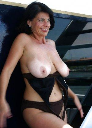 Пожилая женщина с очень большими сиськами позирует голой - фото 29
