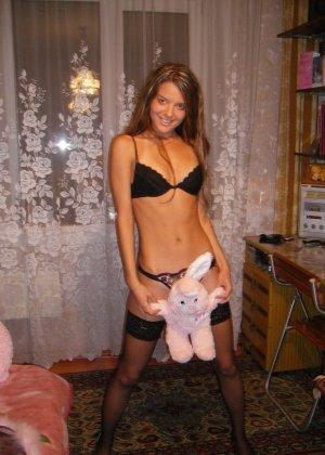 Горячая молодая девушка показывает свое тело в разных эротических нарядах – при этом она всегда сексуальна - фото 2