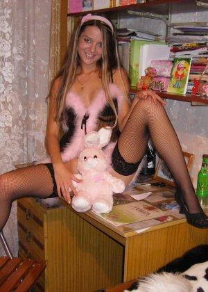 Горячая молодая девушка показывает свое тело в разных эротических нарядах – при этом она всегда сексуальна - фото 12