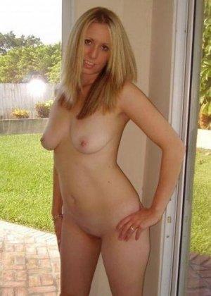 Под открытым небом позирует совершенно голенькая девка - фото 8