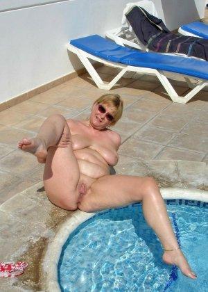Джулия - женщина далеко не первой свежести, но все же показывает свое тело в бассейне - фото 5