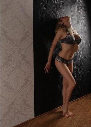 Горячая немецкая штучка очень соблазнительна в красивом белье и без него - она не знает стеснения - фото 12
