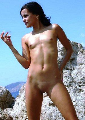 Сексуальные девушки с небольшими сиськами эротично позирует голыми - фото 10