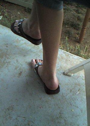 Улыбчивая Лиза очень стесняется, поэтому все, что она может показать – ножки в шлепках - фото 3