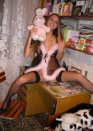 Горячая молодая девушка показывает свое тело в разных эротических нарядах – при этом она всегда сексуальна - фото 14