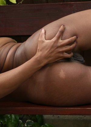 Мастурбация сладенькой шоколадной дырочки секс игрушкой - фото 34