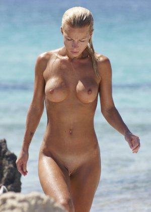 Блондинка обладает шикарной фигурой, поэтому смотреть на нее, пока она ничего не подозревает – одно удовольствие - фото 4