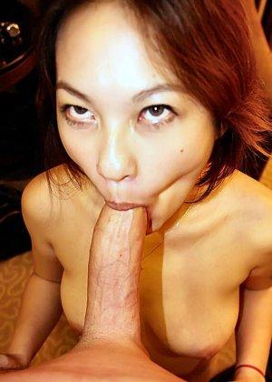 Азиатская красавица демонстрирует сиськи и дырочку между ножками - фото 42