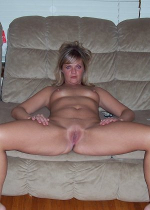 Блондинка раздвинула ножки и продемонстрировала киску - фото 8