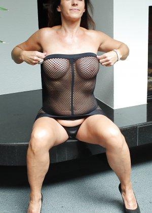Раскованная женщина в зрелом возрасте готова принимать разные позы, лишь бы всю ее было видно - фото 4