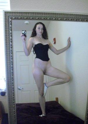 Немецкая развратница снимает с себя грязные носочки, чтобы одеть их на руку и вставлять их в дырочки, нюхать - фото 34