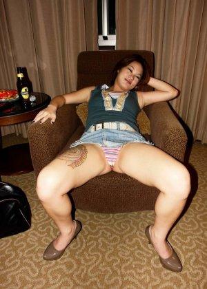 Азиатская красавица демонстрирует сиськи и дырочку между ножками - фото 1