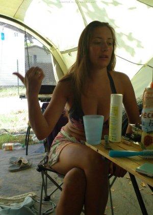 Женщина, несмотря на свое неидеальное тело, показывает себя перед камерой, засветив волосатой пиздой - фото 25