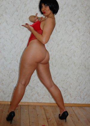 Раскрепощенная и гламурная чертовка хвастается своим сексуальным телом - фото 56