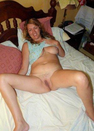 Зрелая дамочка показывает свою пизденку, а затем расслабляется для того, чтобы получить кайф от фистинга - фото 6
