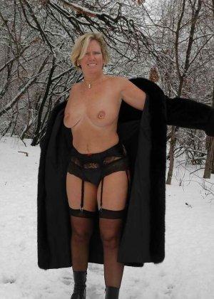Развратная женщина в черных чулках разделась зимой на улице - фото 13