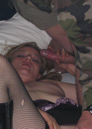 Девушка решает попробовать групповой секс с разными мужчинами – ей явно нравится удовлетворять их всех - фото 6