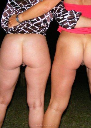 Две представительницы прекрасного пола показали свои дырочки - фото 43