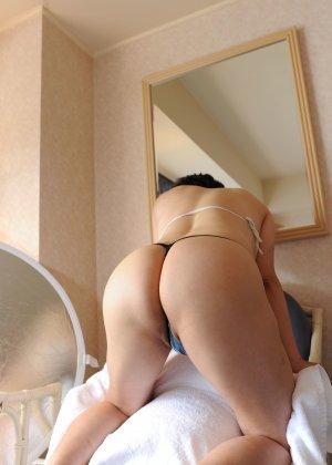 Красивая милашка позирует перед фотографом в прозрачных трусиках - фото 1