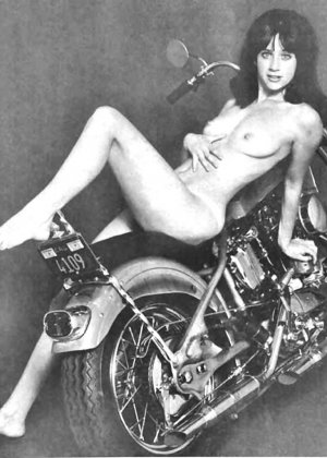 Множество фотографий, на которых девушки показывают обнаженные тела на фоне мотоциклов - фото 4
