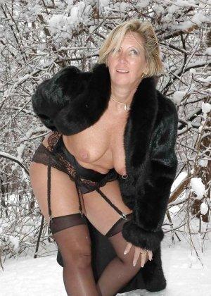 Развратная женщина в черных чулках разделась зимой на улице - фото 15