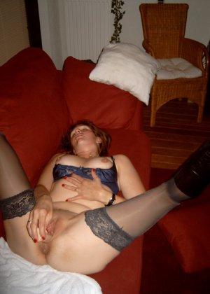 Развратнице мало настоящего члена, она пихает внутрь себя еще и искусственный фаллоимитатор - фото 4