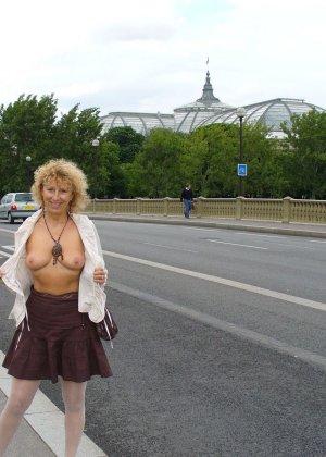Зрелая женщина гуляет по городу и показывает себя в самых разных ракурсах – ей нравится обращать на себя внимание - фото 37