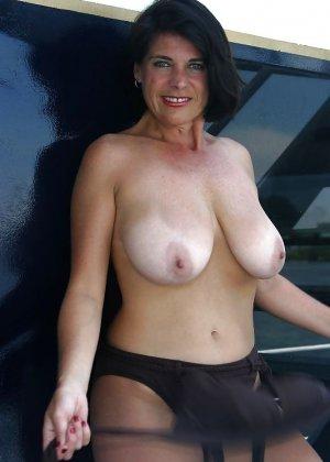 Пожилая женщина с очень большими сиськами позирует голой - фото 26