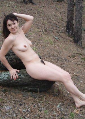 Русская женщина готова обслуживать своего мужчину и не стесняется мочиться перед камерой - фото 38