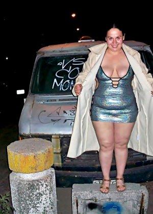 Полная женщина прямо на улице хвастается своей фигурой, абсолютно забывая о всяком стеснении - фото 16