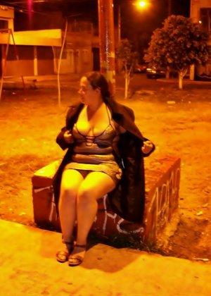 Полная женщина прямо на улице хвастается своей фигурой, абсолютно забывая о всяком стеснении - фото 35