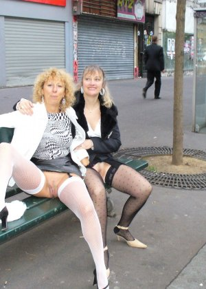 Зрелая женщина гуляет по городу и показывает себя в самых разных ракурсах – ей нравится обращать на себя внимание - фото 16
