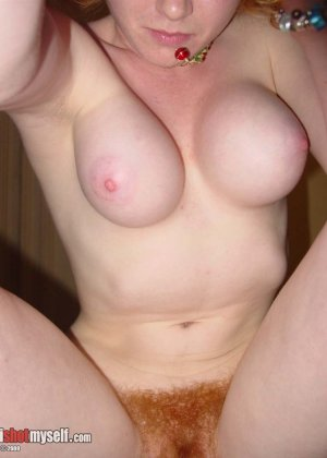 У этой блондинки большие красивые сиськи и волосатая пизденка - фото 27