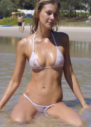 Ванесса показывает, как она любит примерять купальники, которые еле прикрывают ее тело - фото 12